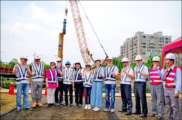 嘉義市長涂醒哲(左五)與多名市議員,昨天視察嘉義市區鐵路高架化臨時軌工程進度。(記者王善嬿攝)