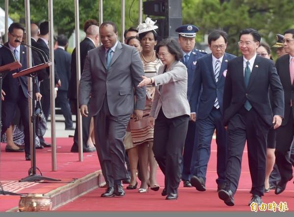 總統蔡英文今天在總統府以隆重軍禮歡迎史瓦帝尼王國恩史瓦帝三世國王暨王妃一行。(記者黃耀徵攝)
