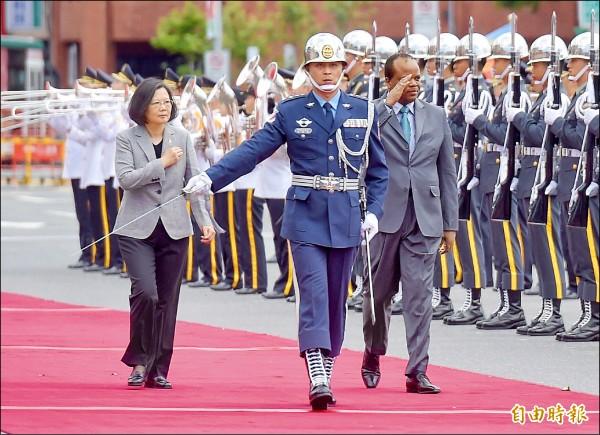 蔡英文總統昨在府前廣場以隆重軍禮歡迎率團訪台的史瓦帝尼王國恩史瓦帝三世國王。(記者黃耀徵攝)