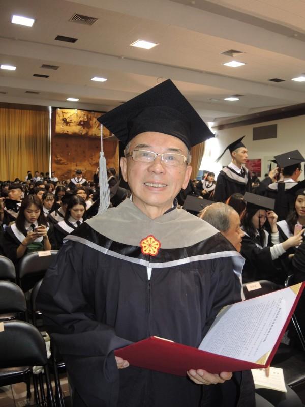 75歲凌進益拿到碩士學位,完成人生夢想。(記者翁聿煌攝)