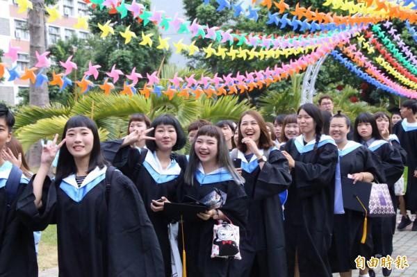 朝陽科大今天舉行畢業典禮,畢聯會以5000個風車來布置校園,編織七彩捕夢網,讓畢業生印象深刻。(記者蘇金鳳攝)