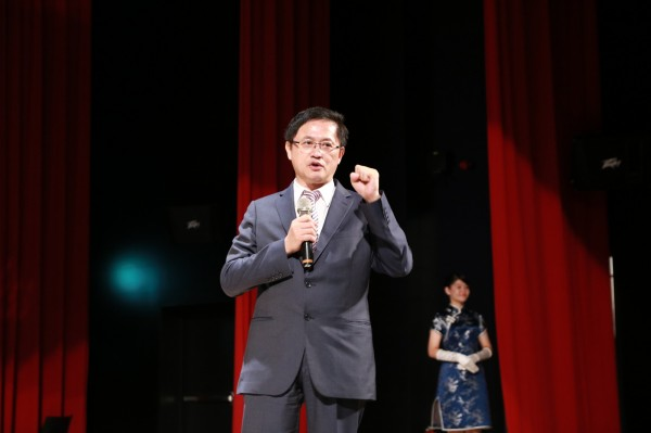 台北科技大學今天舉辦畢業典禮,和碩聯合科技董事長童子賢出席典禮,勉勵學生世界是平的,挑戰和機會無所不在,一定要終身學習、懂得謙虛彎腰。(北科大提供)