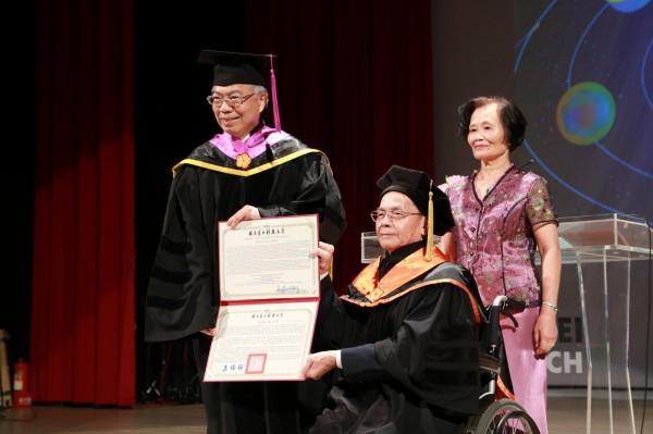 台北科技大學今天舉辦畢業典禮,頒贈名譽博士予台北科大榮譽教授王瑞材(中)。王教授服務一甲子,和碩、群光、億光等上百位電子科技公司大老闆都是他的學生,有「市值最高教授」的封號。(北科大提供)