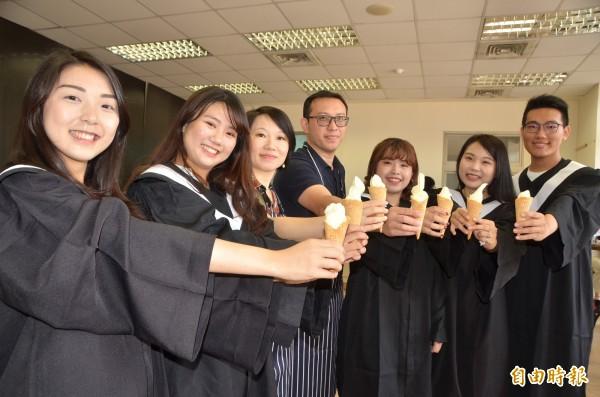 長榮大學特製鳳梨霜淇淋送給畢業生品嚐,祝福前途旺來,鵬程萬里。(記者吳俊鋒攝)