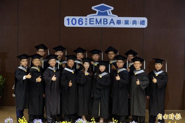 中山大學EMBA畢業班E19級的15位企業家。(記者張忠義攝)