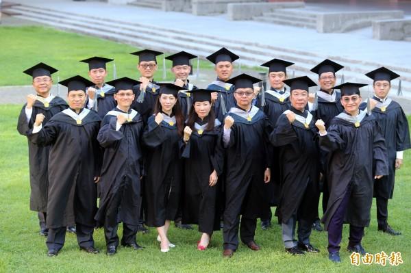 15位企業家將個人追夢之旅新書獻給學校,不僅作為畢業的感恩獻禮,希望藉由企業經營經驗的傳承,幫助更多人夢想成真。(記者張忠義攝)