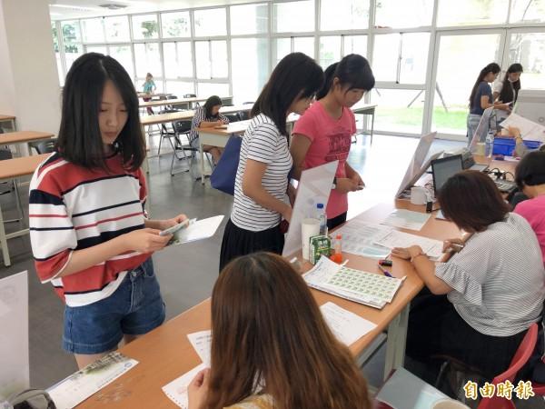 中投區會考考生或家長,9日到暨大附中申請成績複查(記者陳鳳麗攝)