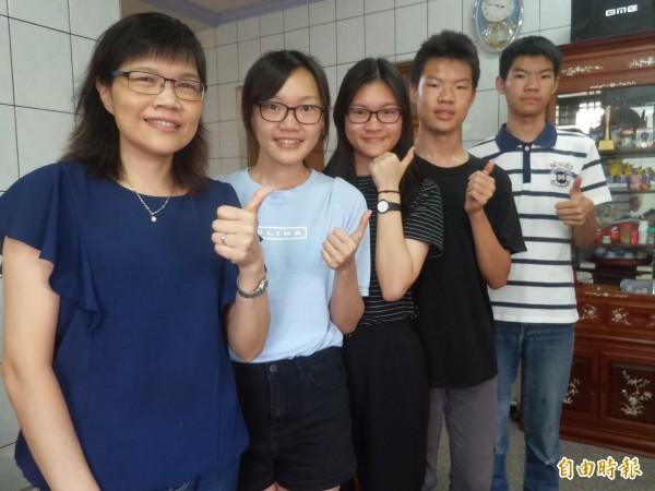 職業婦女張秀玲(左一)為了一圓大學夢,利用暇餘積極進修,今年家中有5名畢業生,她和分別就讀大學、高中及國中的4個孩子同時畢業!(記者廖雪茹攝)
