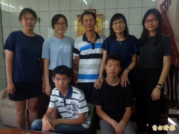 張秀玲(後排右二)感謝家人的支持,讓她得以重返校園,一圓大學夢。(記者廖雪茹攝)