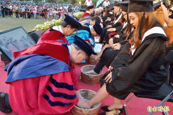 師長為畢業生代表洗腳,效法耶穌基督的謙卑精神。(記者吳俊鋒攝)
