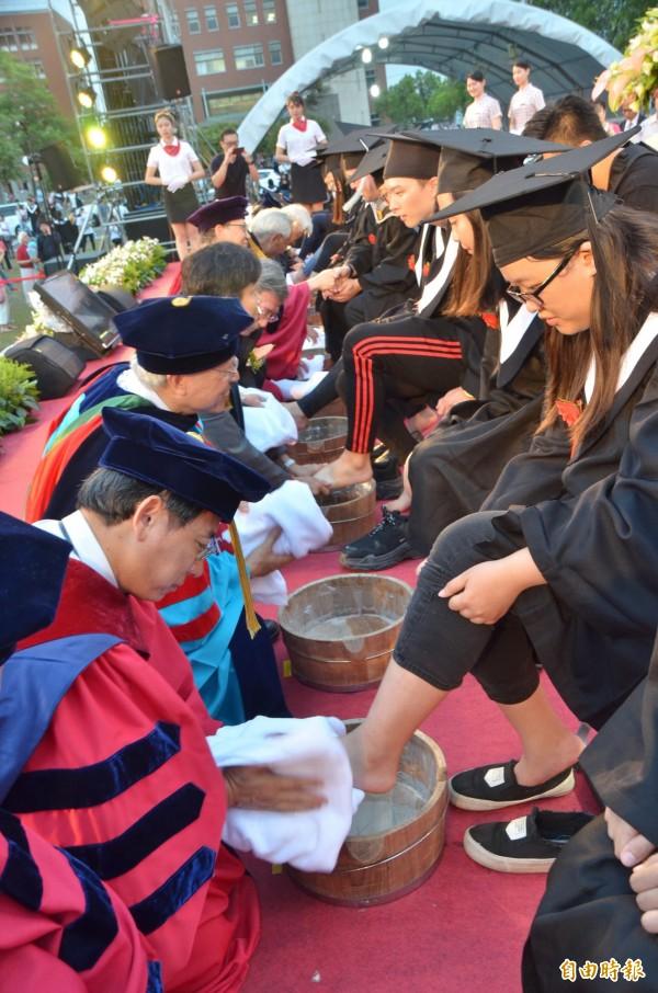 師長們一起各為畢業生代表洗腳。(記者吳俊鋒攝)
