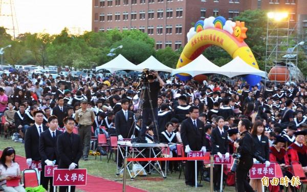 長榮大學的畢業典禮在足球場舉行。(記者吳俊鋒攝)