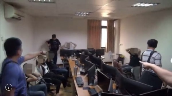 警方攻堅進入藏身透天厝內的辦公室,逮捕盧姓男子等15男4女。(記者黃良傑翻攝)