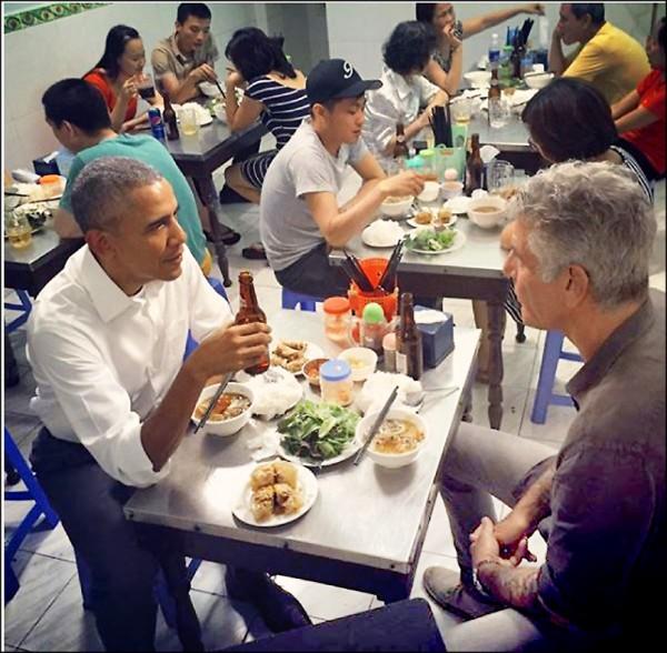 美國前總統歐巴馬(左)前年五月在任出訪越南期間,曾和美國有線電視新聞網(CNN)節目主持人波登(右)相約前往河內小吃店大啖在地經典美食。(取自網路)