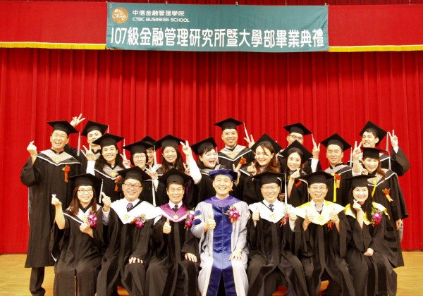 中信金融管理研究所首屆畢業典禮,師生開心留影。(中信金提供)