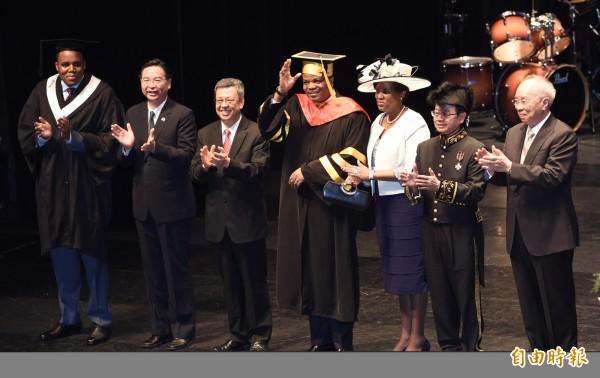 實踐大學9日舉辦畢業典禮,我國友邦史瓦帝尼王國王子班柯希(左一)也是畢業生之一,他並擔任今年的畢業生致詞代表,副總統陳建仁(左三)史瓦帝尼王國國王恩史瓦帝三世(右四)及皇室一行40多人也到場觀禮。恩史瓦帝三世獲頒授名譽管理學博士學位,表彰其在國際場合總是為我國發聲的貢獻。(記者羅沛德攝)