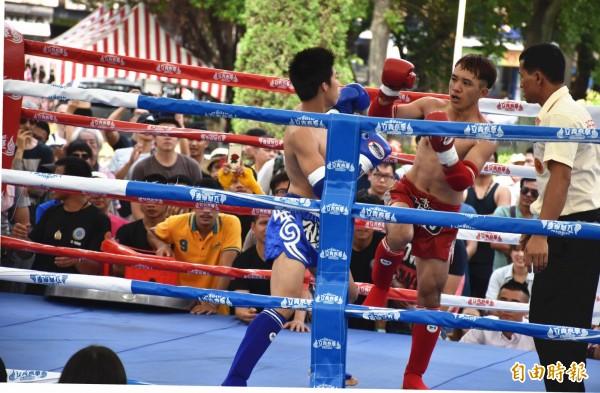 「桃園國際泰拳大賽」在中壢區中正公園登場,吸引民眾現場為選手加油喝采。(記者李容萍攝)