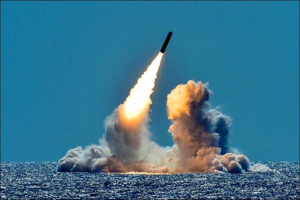中國政府駭客今年初從美國海軍承包商的電腦盜取大量機密數據,包括美國正在研發的潛射超音速反艦飛彈。圖為美國海軍俄亥俄級彈道飛彈潛艦「內布拉斯加號」今年3月26日在加州外海試射三叉戟飛彈。(路透)