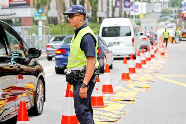 新加坡警方九日在六星級飯店「瑞吉酒店」周遭實施交通管制。(美聯社)