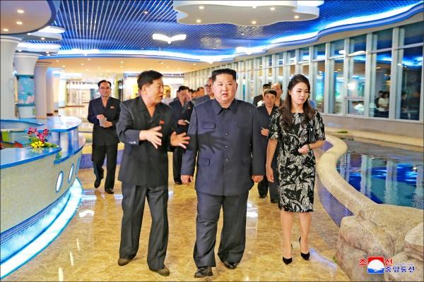 北韓官媒「朝鮮中央通訊社」九日刊出金正恩日前在平壤視察「大同江水產品餐館」的照片。(路透)