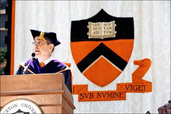 美國私立普林斯頓大學校長埃斯格魯伯五日在該校第二七一屆學位授予典禮上,大力駁斥「學歷無用論」。 (取自普林斯頓大學網站)