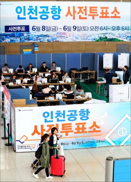 南韓13日舉行地方選舉和國會議員補選。圖為仁川國際機場登機門旁的臨時投票所,南韓選務機關專為不克於當天投票的南韓選民,在出國前進行「事前投票」,時間為八日與九日的清晨六點至晚間六點。(歐新社)