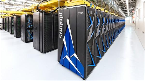 相隔5年,美國終於以名為「顛峰」的新型超級電腦,重回全球超級電腦排行榜的第一名寶座。顛峰占地達兩座網球場。(取自網路)