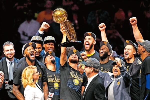 NBA冠軍賽,勇士直落四打敗騎士,贏得近4年第3座冠軍金盃,球員嗨翻了。(法新社)