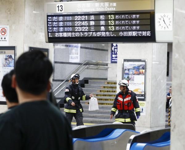 日本神奈川縣當地時間昨晚9點50分左右,一輛新幹線列車上驚傳隨機砍人事件,造成1死2傷。目擊者指出,一名男乘客見義勇為,壓制嫌犯,沒想到頸部卻遭砍傷,送醫急救後不治。(美聯社)