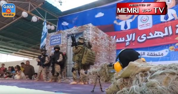 中東加薩Al-Hoda幼兒園的畢業典禮,是讓學童們扮演伊斯蘭聖戰武裝分子,模擬擊斃敵軍和劫持人質的行動。(圖擷自YouTube)