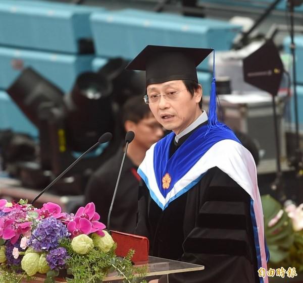 台灣大學創校90週年今(10日)辦畢業典禮,代理校長郭大維上台致詞,重提校長遴選爭議,讓台大陷入巨大危機。(記者方賓照攝)