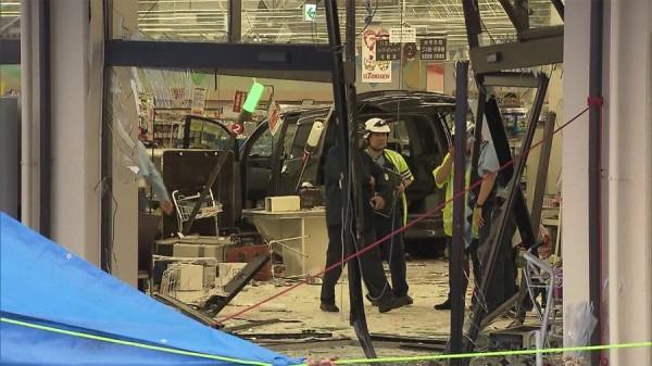 日本群馬縣今(10)日下午發生汽車失控衝撞超市,造成至少15人受傷,其中1人有生命危險,還有9人重傷。(圖取自日本雅虎新聞網)