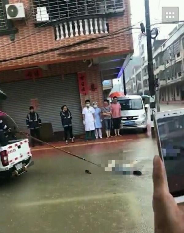 廣東中山市同樣發生災情,1名路人涉水時被電死在水裡。(圖擷自微博)