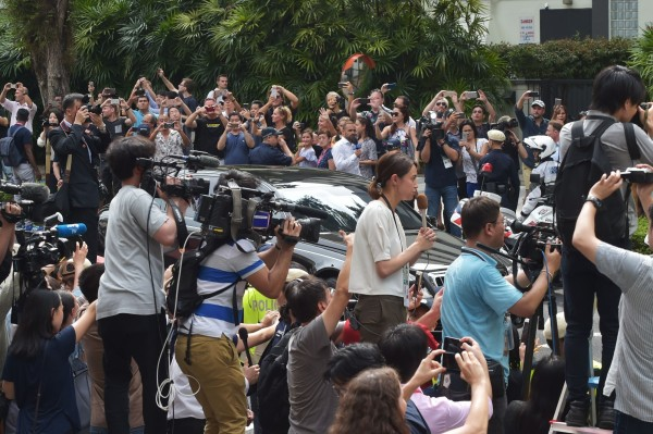 全球約3千名記者今天下午陸續湧入金正恩預計下塌的瑞吉酒店外。(法新社)