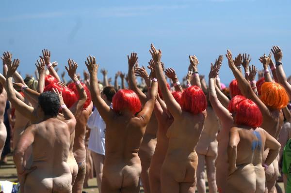 超過2500名女性在馬科摩羅海灘(Magheramore beach)參加裸泳為兒童癌症基金會募款。(路透)
