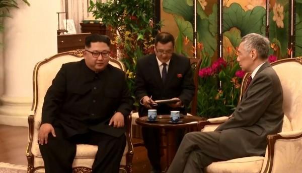 北韓領導人金正恩今日抵達新加坡後,稍早與新加坡總理李顯龍進行短暫會面,會面內容透過李顯龍臉書專頁直播公開。(圖翻攝自李顯龍臉書直播)