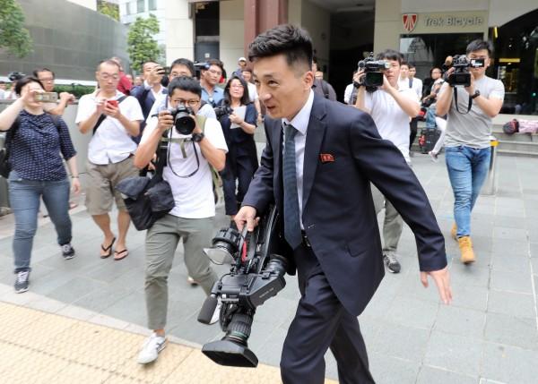 北韓男記者意外成為媒體關注的對象。(歐新社)