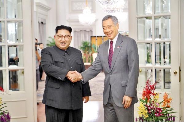 北韓領導人金正恩(左)十日抵達新加坡,在星國總統府與星國總理李顯龍(右)會面。(歐新社)
