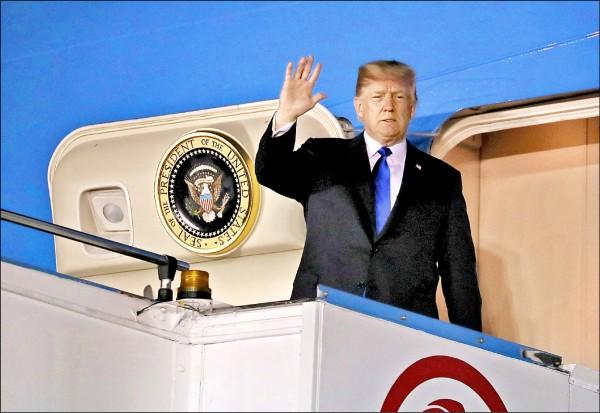 美國總統川普十日抵達新加坡巴耶利峇空軍基地,準備參加十二日舉行的美朝高峰會。(路透)
