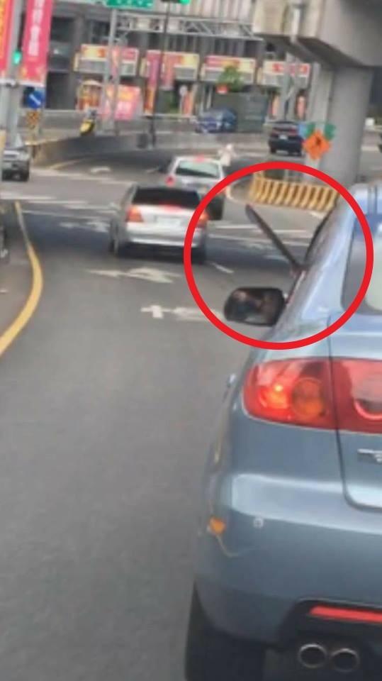 囂張駕駛逼車又亮刀被拍下PO網。(記者徐聖倫翻攝)