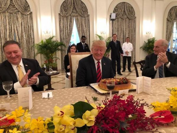 美國總統川普和新加坡總理李顯龍會晤,星國準備了生日蛋糕提前幫川普慶生。(圖擷自Vivian Balakrishnan臉書)
