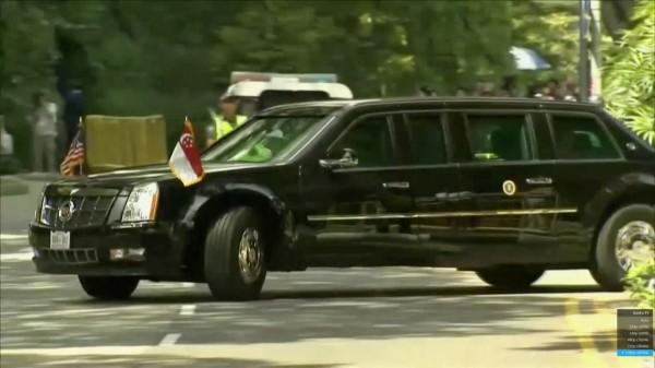 美國總統川普座車抵達新加坡總統府,川普已和新加坡總理李顯龍展開雙邊對談。(路透)