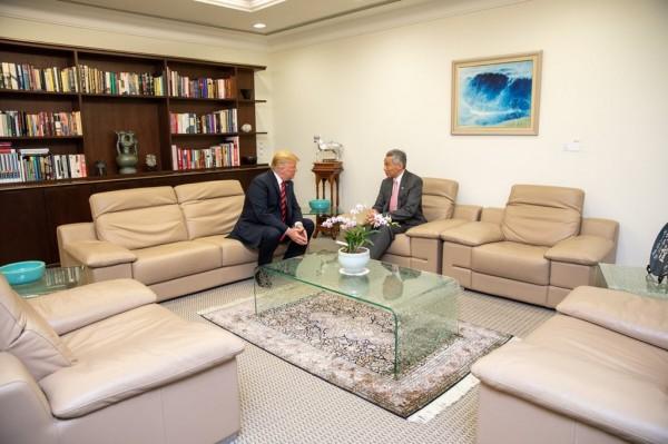 美國總統川普今(11日)中午與新加坡總理李顯龍闢室密談的場景曝光。(圖擷自Dan Scavino Jr推特)