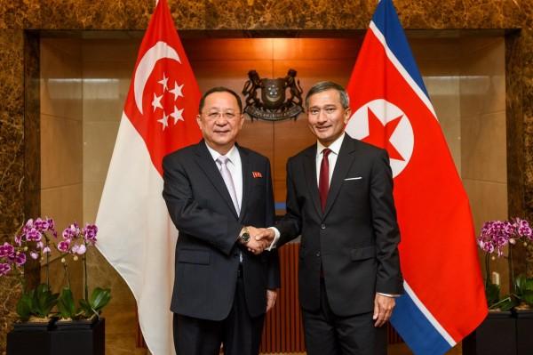 星國外交部長維文,在其臉書分享與北韓外交部長合照。(圖擷自維文臉書)