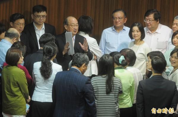 立法院臨時會,民進黨立院黨團在議場內召開黨團會議。(記者王藝菘攝)