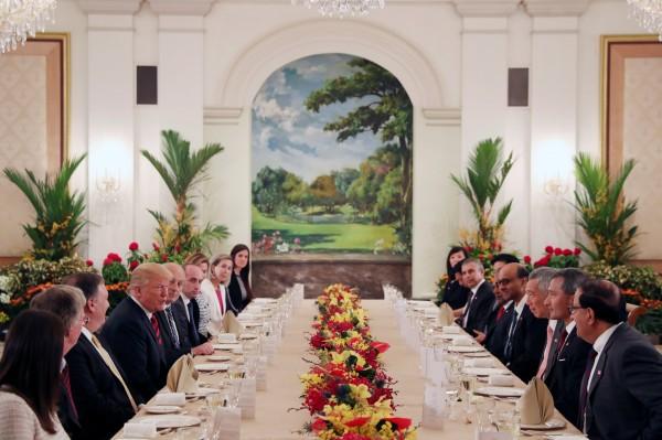 除了川普與李顯龍外,包括新加坡外交部長維文、美國國務卿龐皮歐(Mike Pompeo)等多名高級官員也出席,一同共進午餐。(路透)