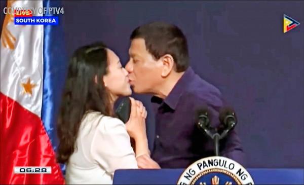 菲律賓總統杜特蒂近日造訪南韓時,公然在台上向菲國女性僑民索吻,遭外界譴責為貶抑女性。(美聯社檔案照)