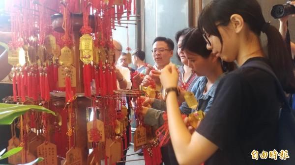 雲林家扶考生將「文昌卡」掛在文昌帝君殿祈求庇佑。(記者廖淑玲攝)