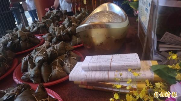 雲林家扶準備考生准考證影本及粽子置放在供桌上,祝福「包中」。(記者廖淑玲攝)