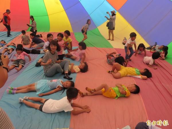 福原國小六年級及幼兒園畢業生熱氣球walk in體驗。(記者王秀亭攝)